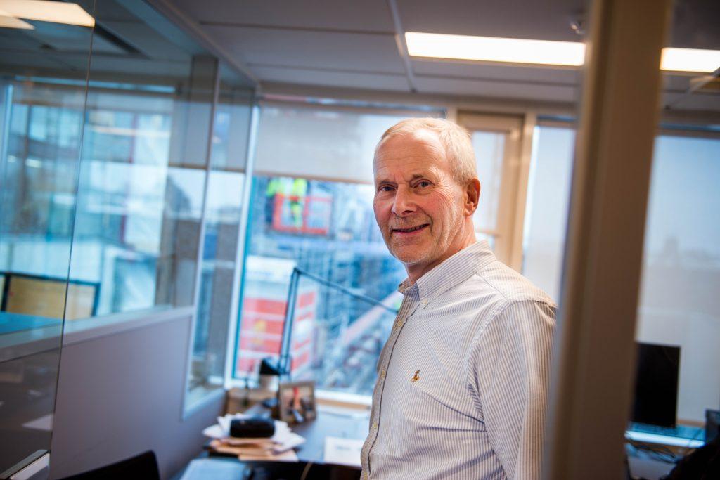 Fra kontorvinduet har forvaltningssjef Morten Tvedt god utsikt til rehabiliteringsarbeidet i Dronning Mauds gate 1-3.