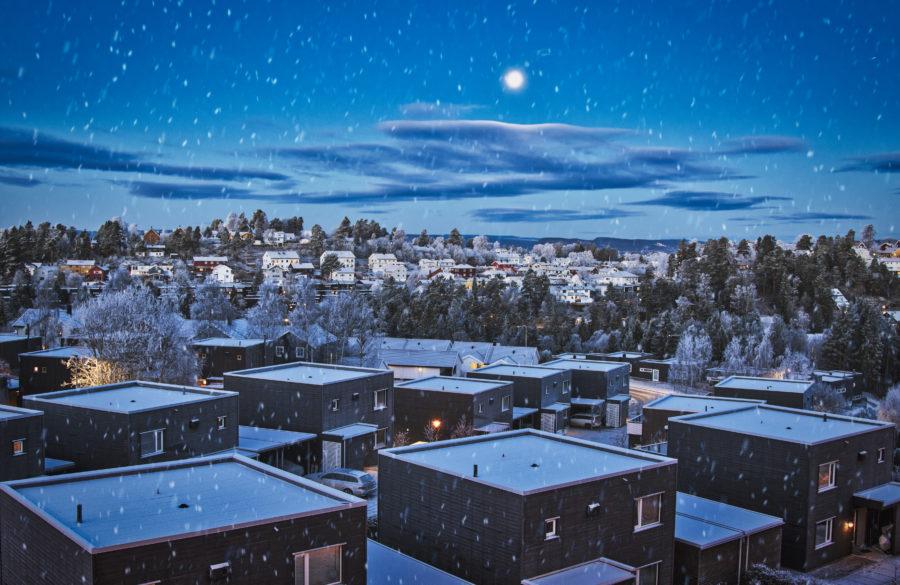 Vinterkledde hus nær Mortensrud