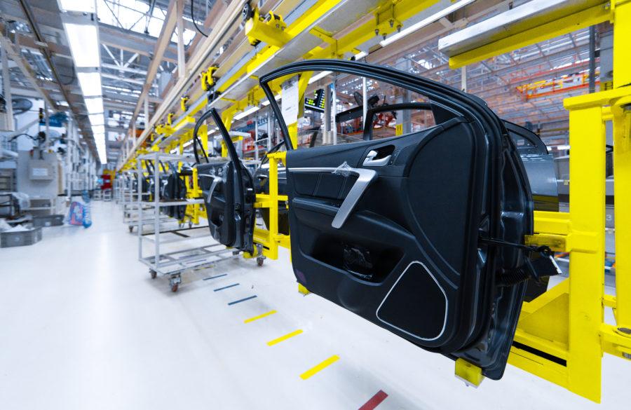 Illustrasjonsbilde av dører på bilfabrikk